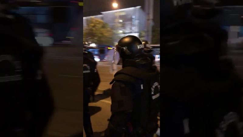 В Будапеште жарко Беспорядки по городу и у стадиона Местные фаны пытаются прыгнуть на бо