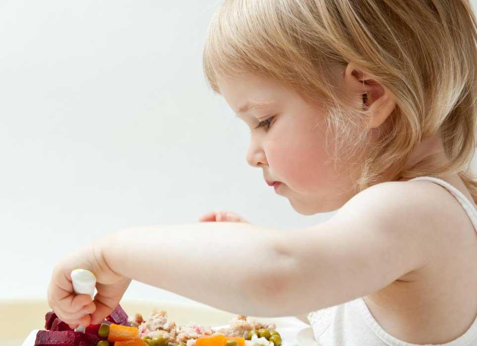 Самостоятельное кормление посудой помогает детям развить мелкую моторику.