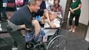 必须看这个视频直到最后。看看这个叔叔从轮椅需要4个人扶他到床上,3246