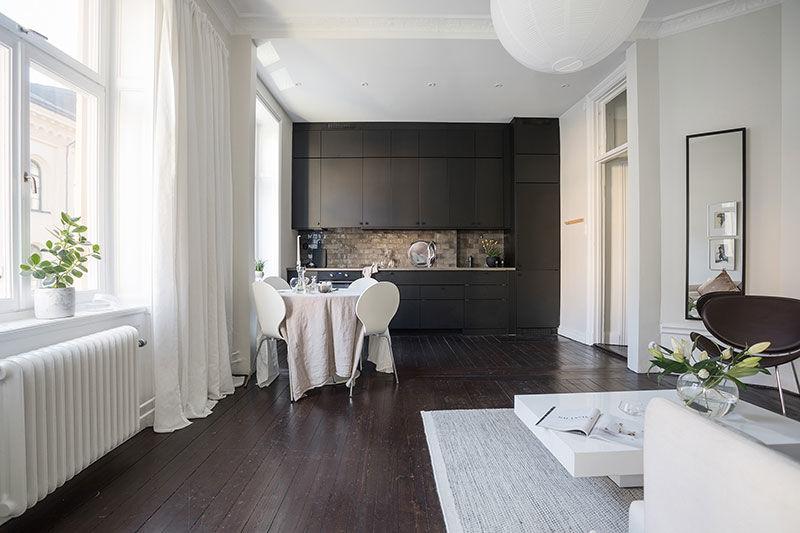 Черный пол и белые стены: очаровательная квартира с эркером в Стокгольме (60 кв.