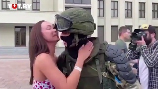 Военный опустил щит перед демонстрантами на площади Независимости. Девушки бросились его обнимать!