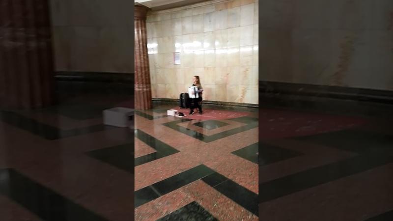 Музыканты в метро Москвы Станция Курская Баянистка