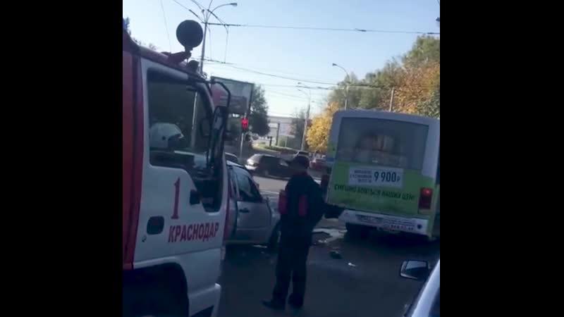 В Краснодаре станичник на легковом автомобиле врезался в маршрутку.