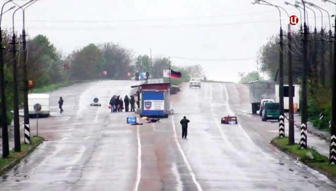 В ДНР на КПП всем меряют температуру ртутными градусниками