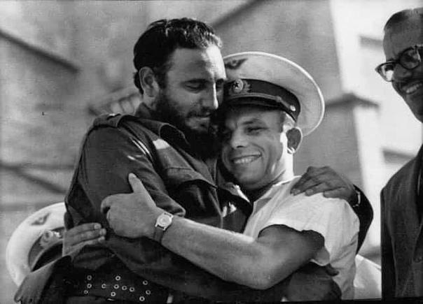 23 июля 1961 года Юрий Гагарин прибыл на Кубу и встретился с Фиделем Вот такое вот душевное фото....Спасибо за и