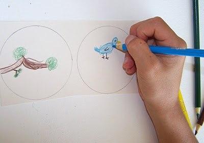 ТАУМАТРОП НА ПАЛОЧКЕ Тауматроп - игрушка, придуманная еще в викторианскую эпоху, она основана на оптической иллюзии: при быстром вращении кружка с рисунками с двух сторон, оба рисунка