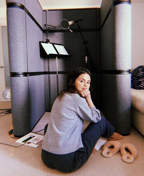 Без макияжа и в уютных тапочках: новый рабочий образ Селены Гомес Если певица не может пойти в студию, это совсе не значит, что студия не может прийти к ней.На фоне слухов о новом романе с самым
