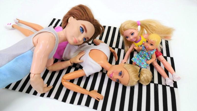Barbie Ailesi. Barbie tek başına evin dekorasyonunu değiştiriyor
