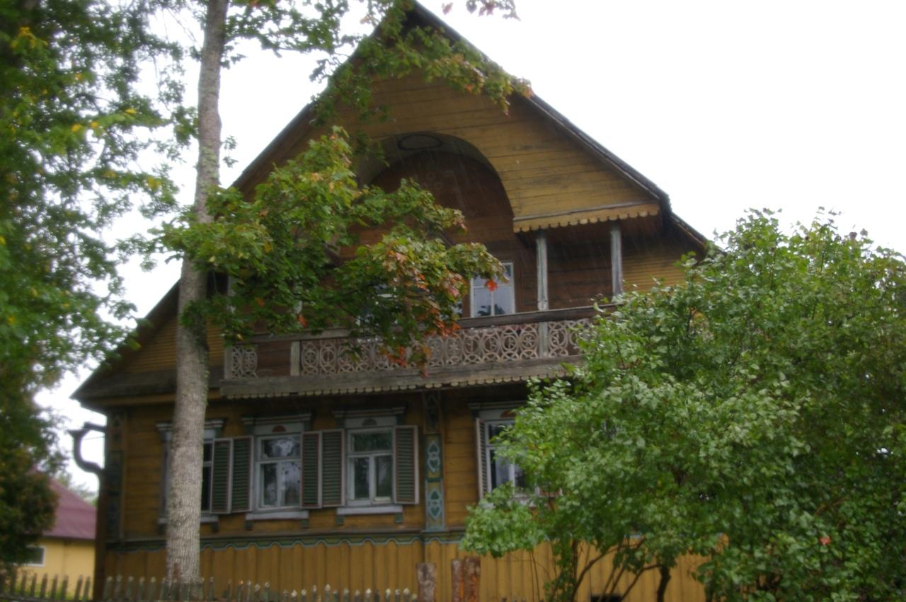 Старинные дома в деревне Лампово и озеро Орлинское. Поход под дождем.
