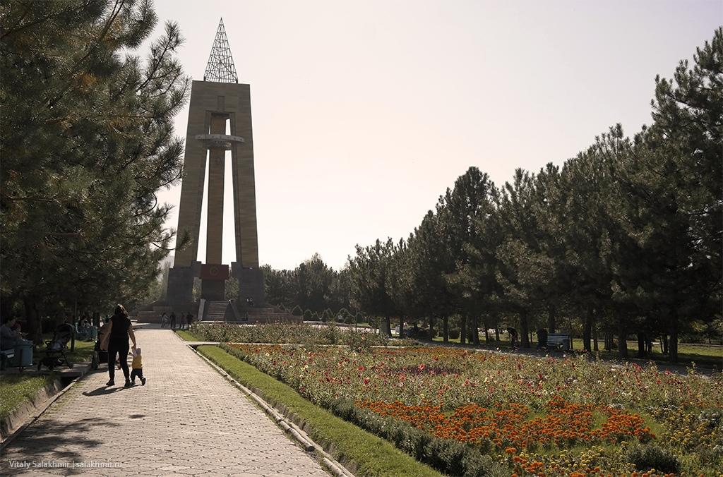 Центральная аллея в Парке Победы, Бишкек 2019