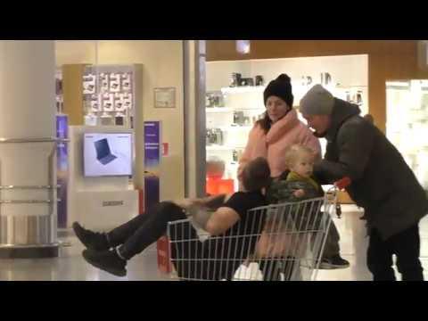 Лег СПАТЬ в IKEA Тележка такси Пранк будни Молодого Человека Молодой Человек