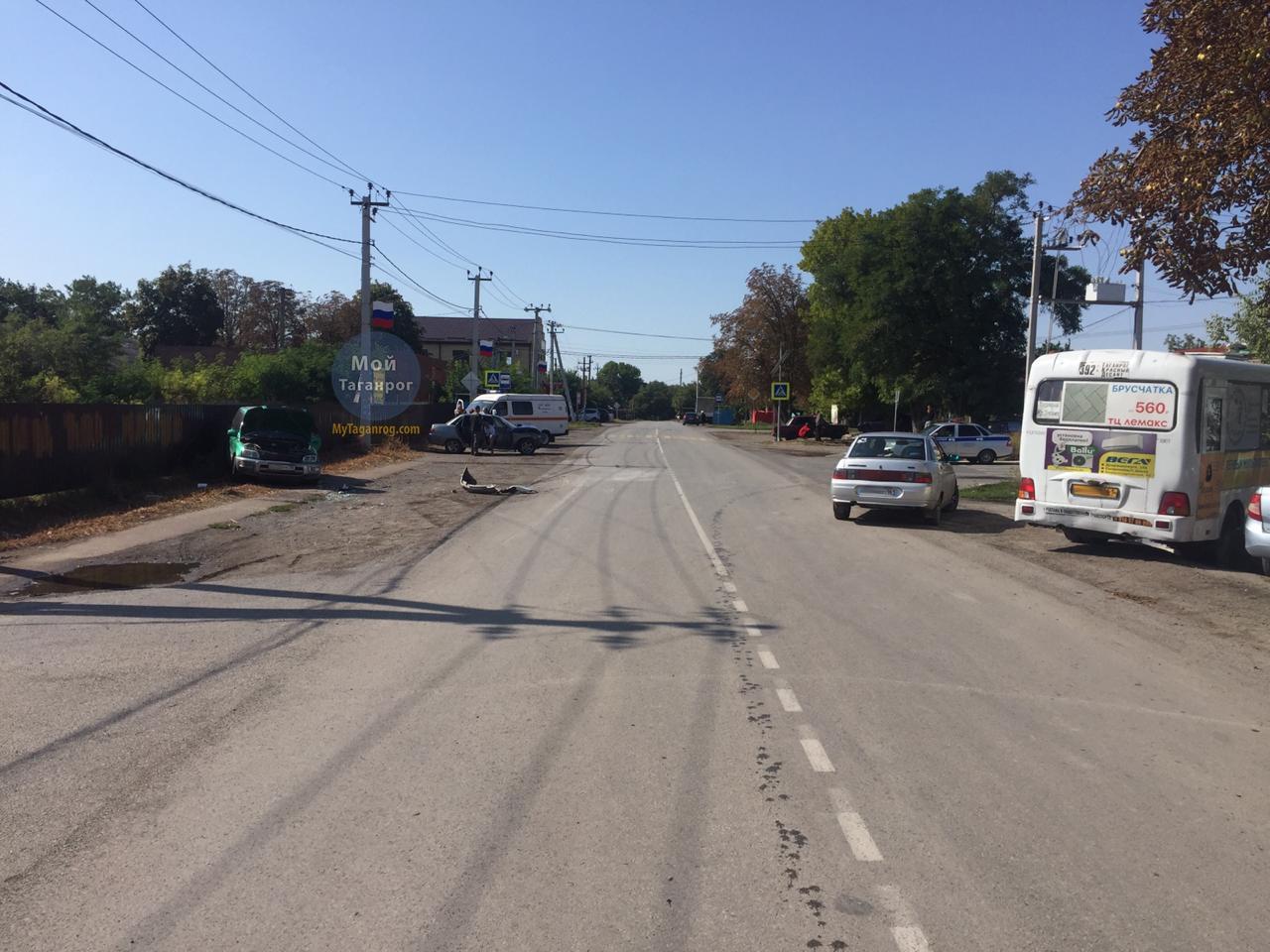 Под Таганрогом автоледи на «ВАЗ-21101» врезалась в стоящий автомобиль, есть пострадавший