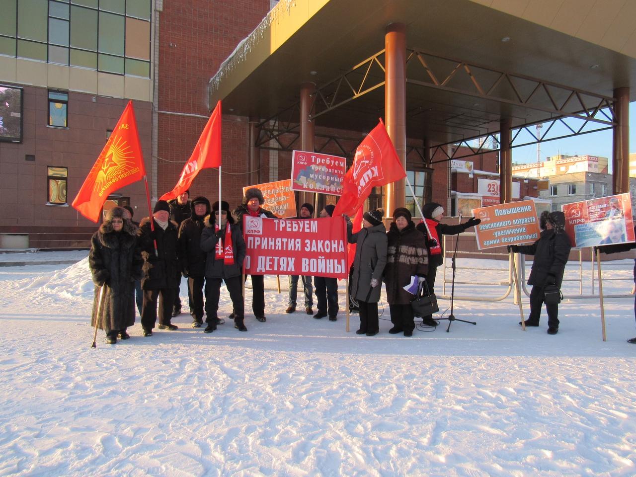 В Новом Уренгое  прошел митинг в честь 102-ой годовщины Великой Октябрьской социалистической революции