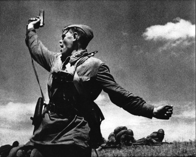 Макс Альперт. «Комбат», 1942. На снимке изображен младший политрук Еременко Алексей Гордеевич.