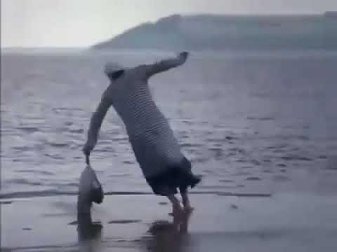 Бабка с покупками бежит по воде Расширенная версия