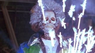 Марв отмывается от краски. Один дома 2 (1992) год.