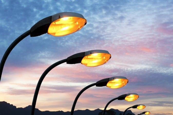 Коммунальщики восстановили освещение во дворе на Волгоградке