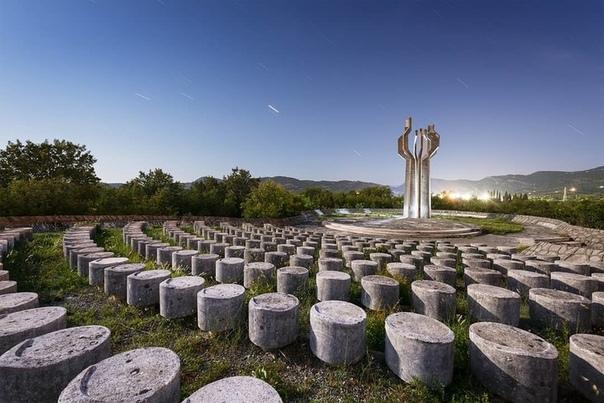 Пугающие советские памятники брутализма Фотограф Марк ОНил потратил много времени и усилий на создание серии снимков, демонстрирующих призрачную коллекцию памятников на бывших югославских