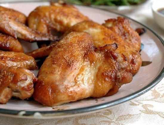 Китайские куриные крылышки Что нужно: 125 мл соевого соуса125 г темного коричневого сахара2 ст.л. белого винного уксусакусочек имбиря длинной 5-6 см, натереть5-6 больших зубчиков чеснока,