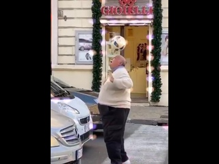Когда умеешь выбирать музыку под видео)))) Старик молодец!