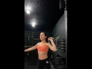 Как и обещала в сторис - свеженькая тренировка плеч 💪🏼  Сама удивилась с эффективности данного комплекса🤘🏻