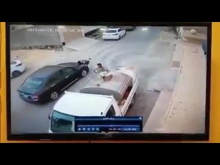 Ребенок выскочил из-за машины ()