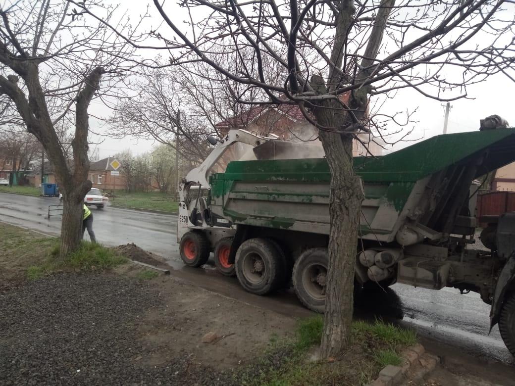 В городе Таганроге продолжается уборка дорог
