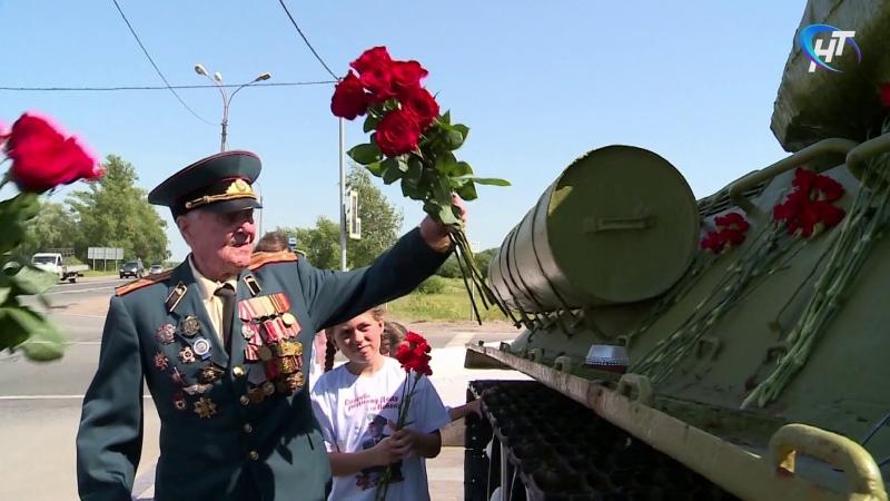 Ветеран Великой Отечественной войны Александр Попов возложил цветы к танку Т 34