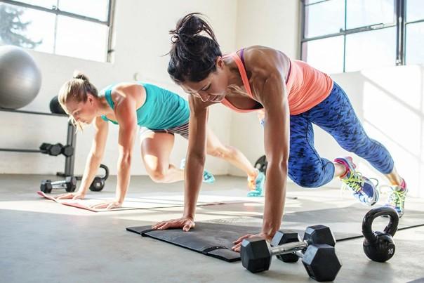 Выносливость – ключ к регулярным и эффективным тренировкам, приносящим радость и удовольствие. Подобрали 5 упражнений, чтобы стать выносливее!