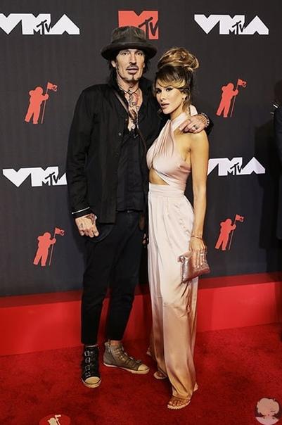 MTV Video Music Awards 2021: Кортни Кардашьян и Трэвис Баркер, Билли Айлиш, Аврил Лавин и другие на красной дорожке Рассказываем о прошедшей сегодня ночью премии MTV Video Music Awards. И пока