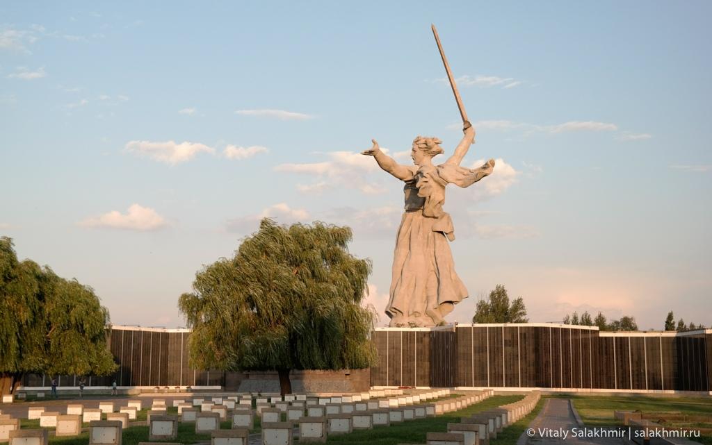 Кладбище и скульптура на Мамаевом кургане в Волгограде