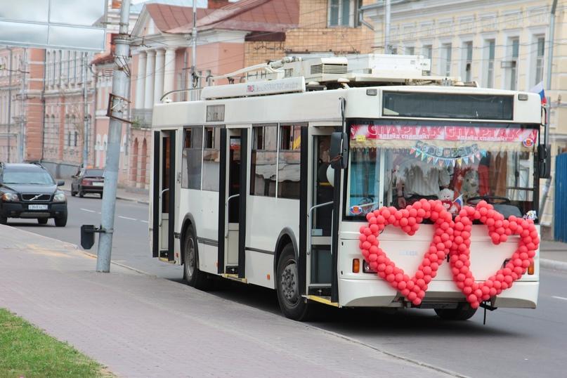 Свадебный троллейбус. Фото Олега Новикова