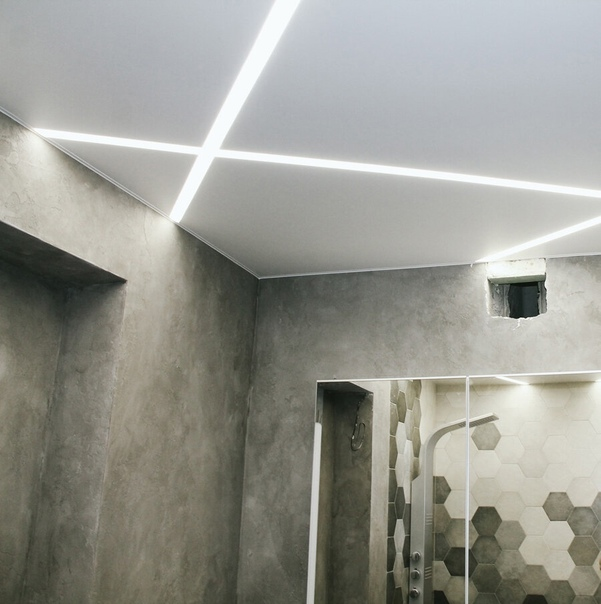 Натяжные потолки со световыми линиями в ванной ⬇В ...