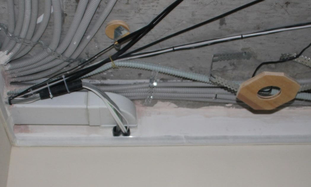 Электропроводка под потолком