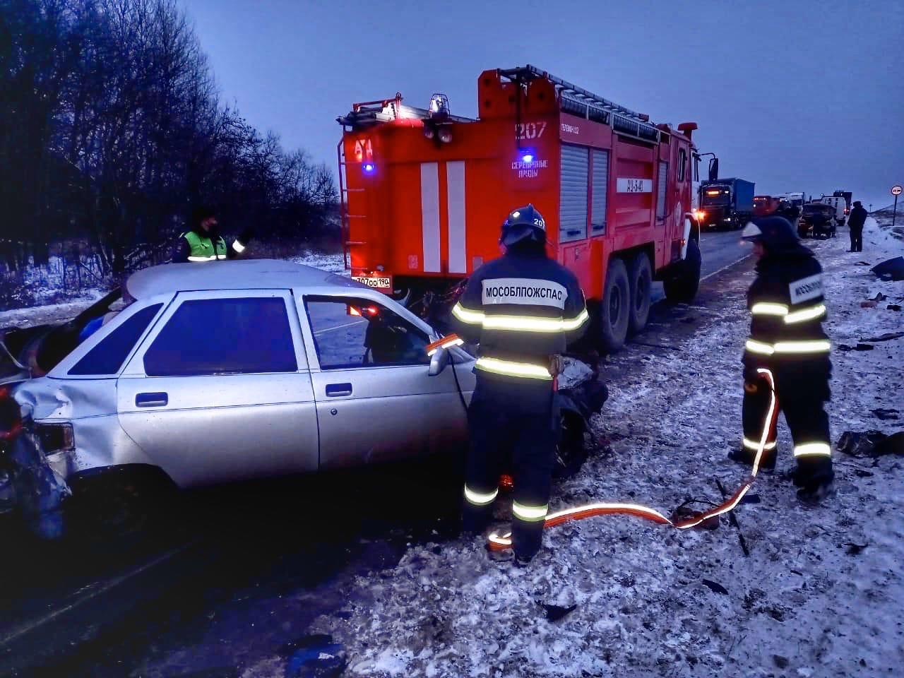 Вчера работники 207-й пожарно-спасательной части #Мособлпожспас ликвидировали последствия  дорожно-транспортного происшествия в городском округе #СеребряныеПруды 🚙💥🚗 ⠀ На 175-м км автодороги М-6 (Каспий) произошло столкновение пяти автомобилей: трех грузо