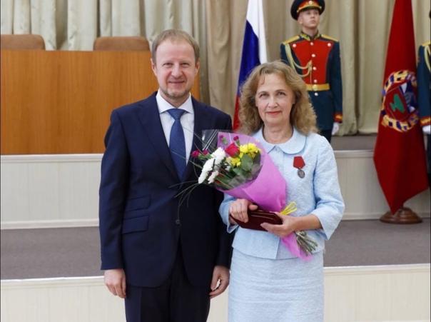 Губернатор Виктор Томенко вручил жителям региона г...