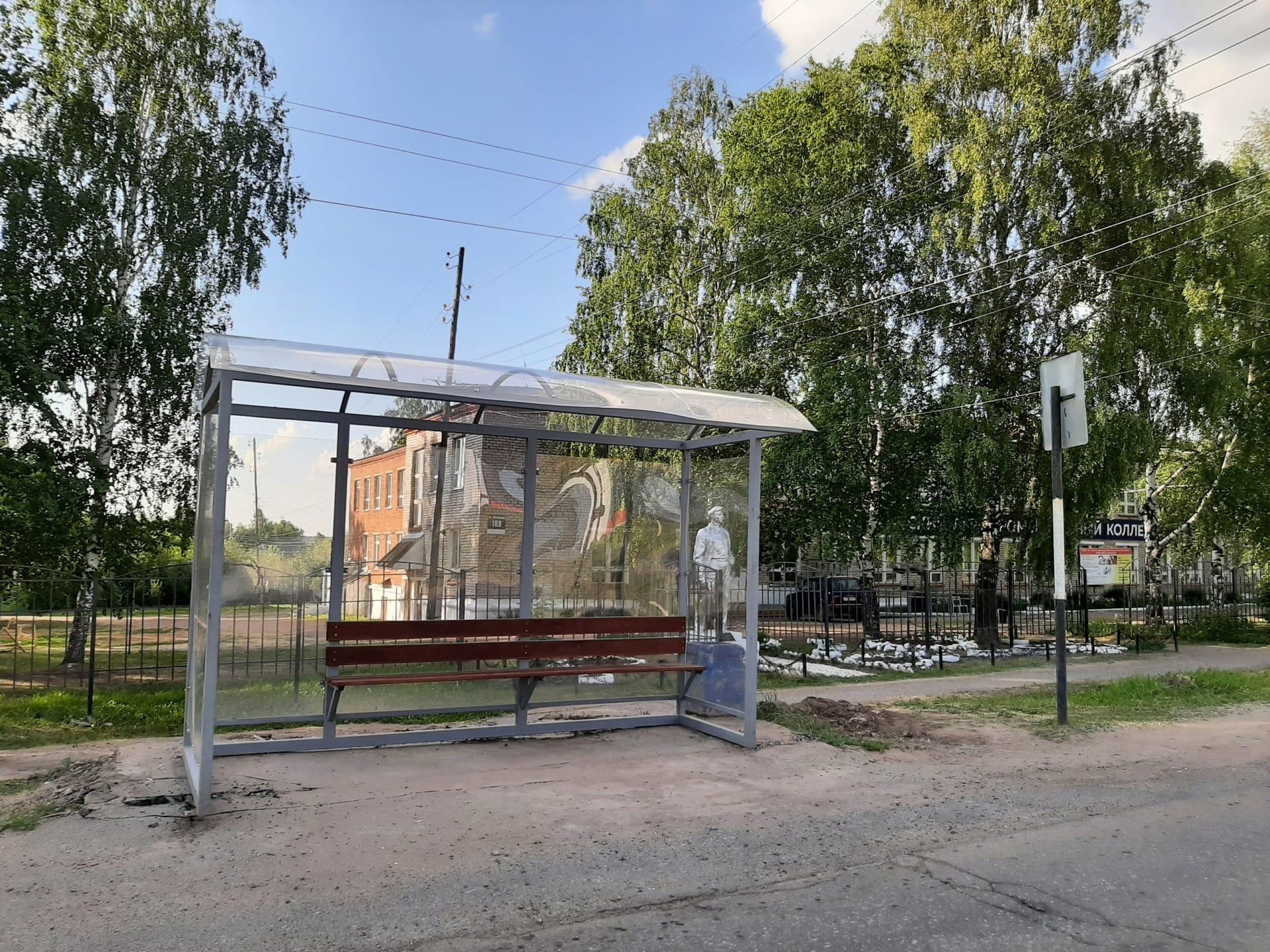Напротив ледового дворца появилась новая остановка (старую