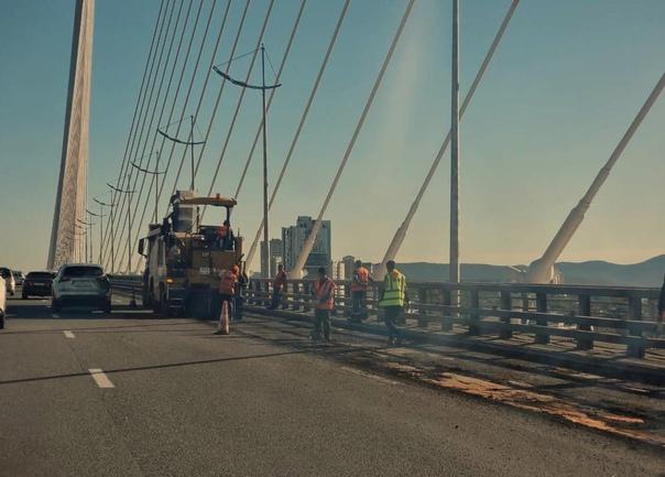 На Золотом мосту начали менять асфальт в сторону Ч...