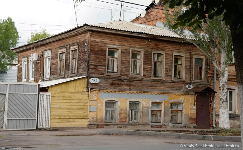 Деревянный дом в центре города