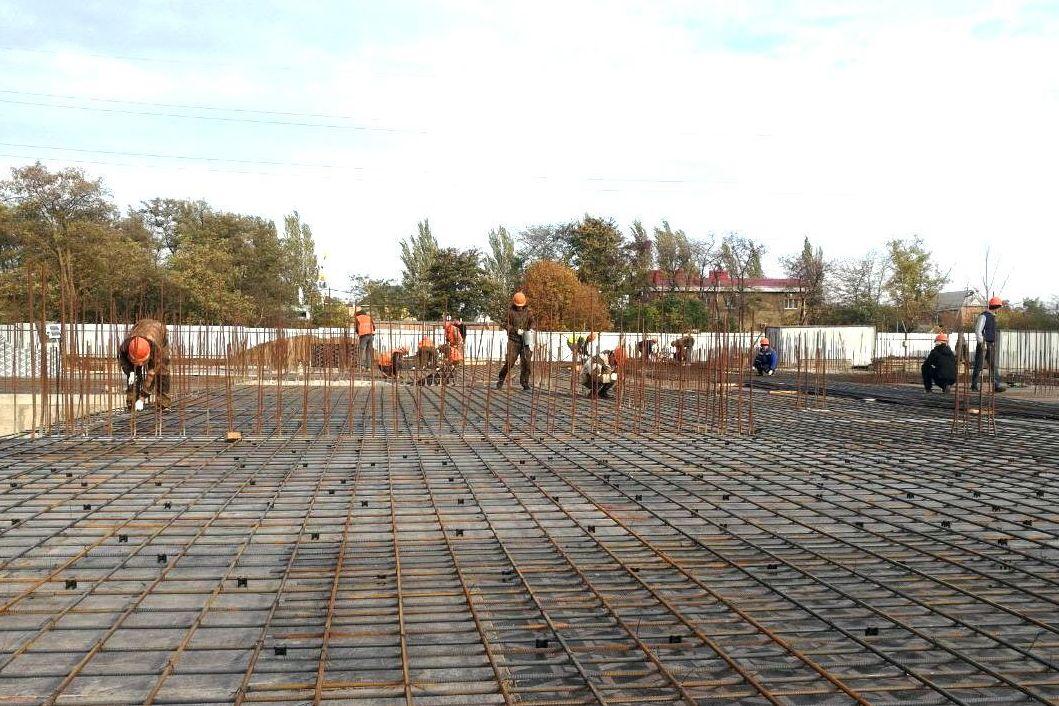 В Таганроге на «Простоквашино» строители готовят к возведению бетонный каркас здания детского сада