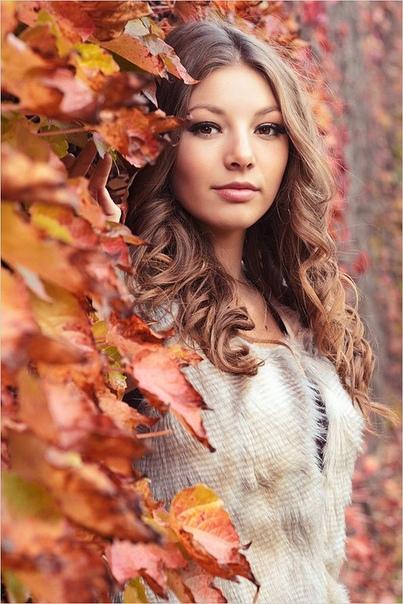 Свидание с осенью На променаде осень повстречал.Признался ей, проказнице, в любви.Она листвой сняла с меня печаль и красотой сумела удивить.Мне с красной девой было по пути. Её порывы с чувством