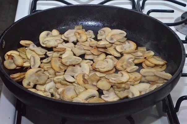 Кабачковые оладьи  На терке натереть кабачок, луковицу, морковку. Добавить муку,...