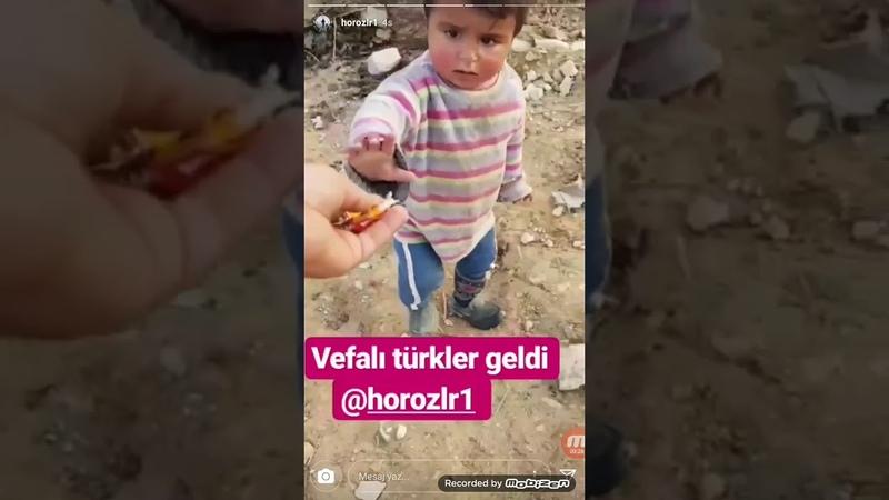Vefalı Türk askerleri Suriyeli çocuklara şeker ve çikolata dağıtıyor ❤🇹🇷❤