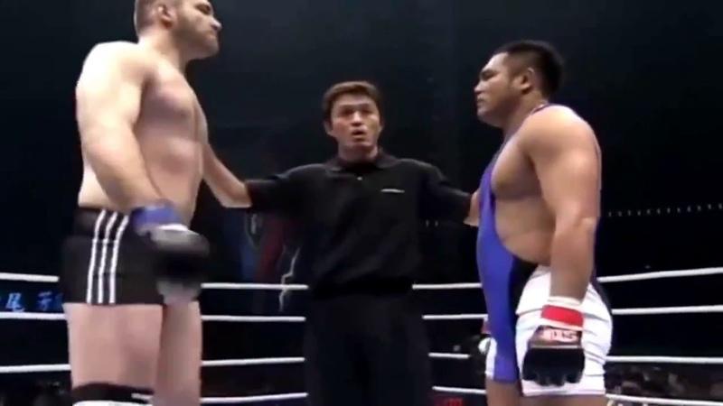 Неудачный поцелуй на боксерском ринге и апперкот в нокаут до начала боя