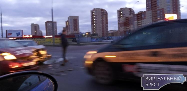 Утром на Варшавке столкнулись два автомобиля, один из них - такси