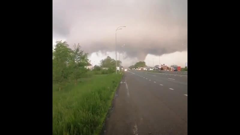 Торнадо рядом с дорогой между городами Ровно и Новоград-Волынский (Украина, 16 мая 2019).
