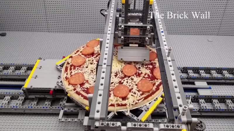 Машина для приготовления пиццы из кубиков LEGO
